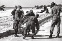 Soldaten leggen prikkeldraad langs de kust van Florida. Na de Cuba-crisis zijn hier haastig militaire installaties heengevlogen.